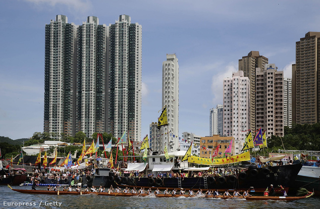 A hongkongi sárkányhajóverseny hatalmas tömegeket vonz a kikötőkbe