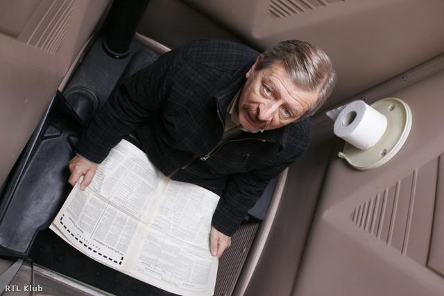 Vilmos beragadt a szállítható vécébe, ahova természetesen újsággal ment be.