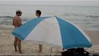 Meztelen barátok közt a tengerparton