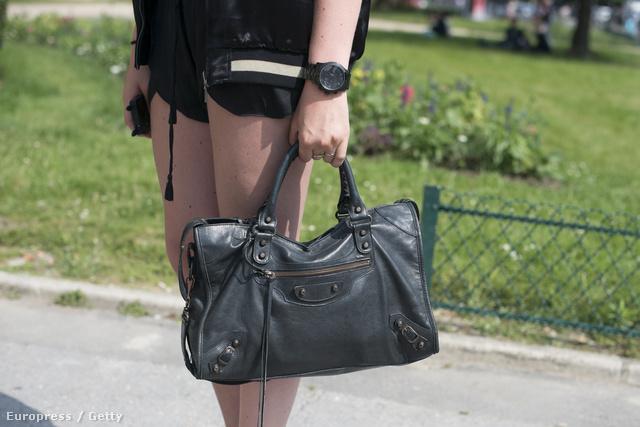 Egy eredeti Balenciaga táska több, mint fél millió forintba kerül.