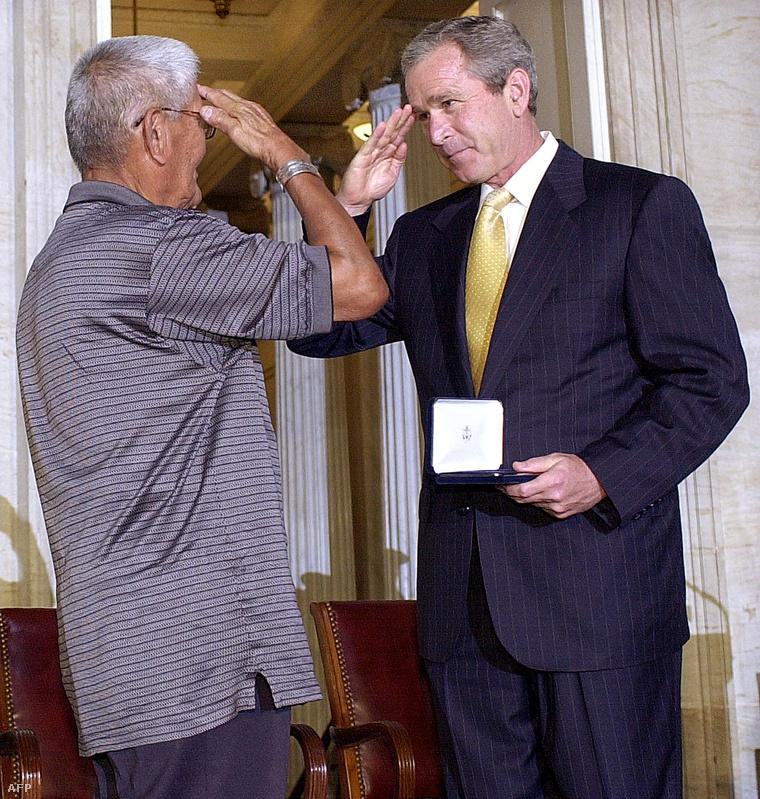 Chester Nez-t 2001-ben George Bush is kitüntette