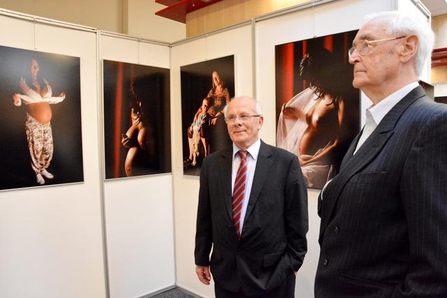 Dr. Czeizel Endre a fotóművésszel a kiállítás megnyitóján