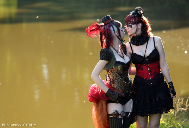 A vörös-fekete leszbipár