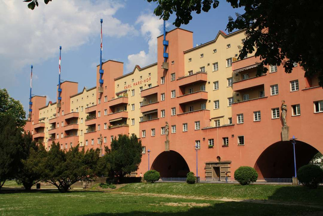 """A Karl-Marx udvart Karl Ehn tervezte 1930-ban a """"Vörös Bécs"""" terv részeként. Az épület az egyik legkorábbi modernista szociális lakást,amit ráadásul az egyik leghosszabb lakóépületként tartanak számon a világon."""