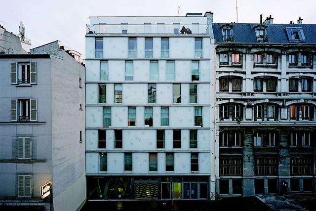Párizs tizedik kerületében 2006 novemberében adták át a 17 szociális lakásokból álló állami támogatással felépült lakóparkot, amit 2.1 millió euróból ( 607 millió forint ) újítottak fel hat év alatt két ütemben.