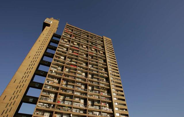 A műemlékké nyilvánított épületet a magyar származású, brutalista stílusban utazó angliai építész, Ernő Goldfinger tervezte 1966-ban.