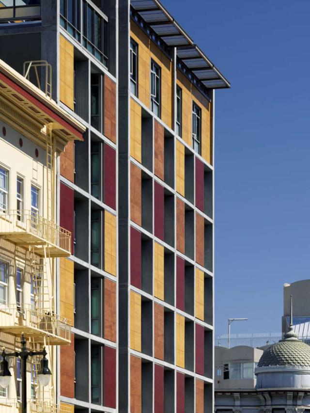 A kaliforniai San Franciscóban egy nonprofit szervezet tart fenn egy 106 lakásos épületet, melynek 300 négyzetméteres stúdió apartmanjai állandó lakhatást biztosítanak a rászorulóknak.