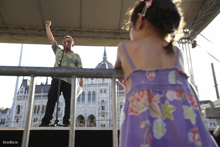 Vágó Gábor volt LMP-s képviselőt és több origóst is lehetett látni. A színpadon élőben mondtak le egy T-előfizetést.