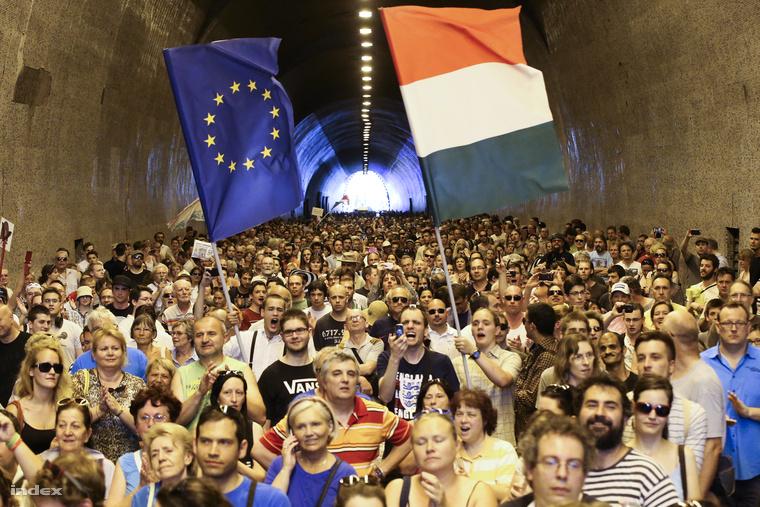 Az Alagút akusztikáját kihasználva a We will rock you refrénjének dallamára a                         Lázár János, tűnj el! - szöveget skandálta a tömeg. Aztán ugyanezt Orbán Viktorral is megtették.