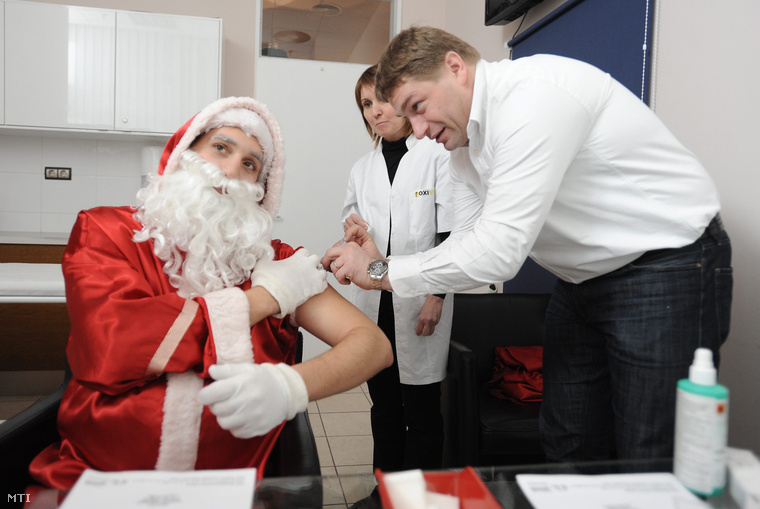 Sonkodi Balázsorvos 2010. december 5-én,a MOM Park új oltóközpontjában mutatja be, hogyan kell az oltókészítményt használni.