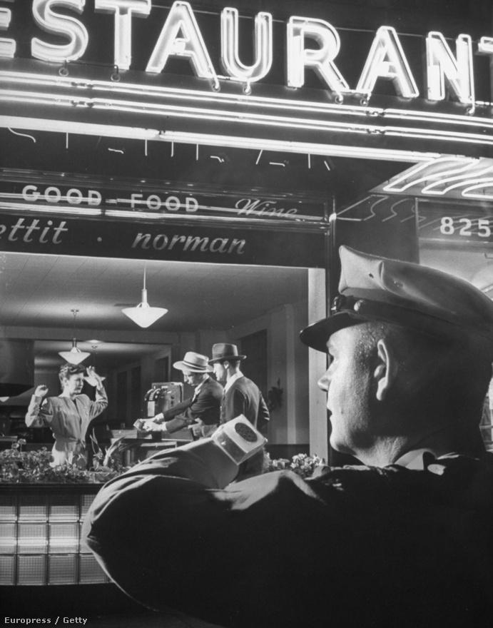 Az okosóra sem új találmány, a képen éppen egy amerikai rendőr teszteli egy korai változatát, amint a gyakorlat során a frissen fejlesztett kommunikációs eszközén kér erősítést.