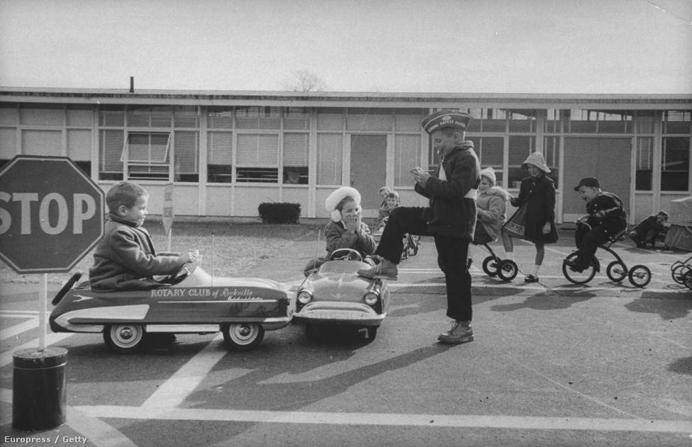 Közlekedésbiztonsági előadások az iskolában, kifejezetten kisgyerekekre szabva.