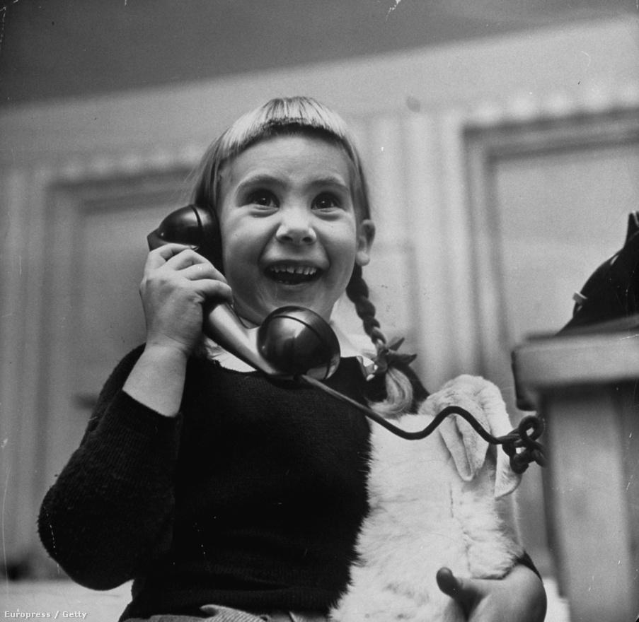Egy kislány a télapóval telefonál.