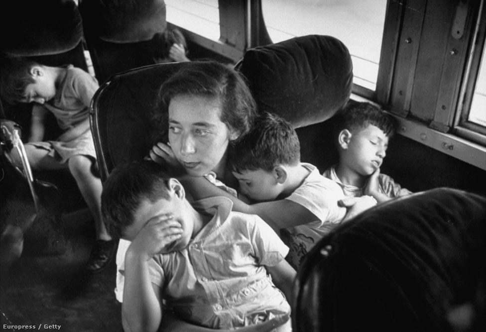 Elszámolóházi gyerekek alusszák át a buszutat.