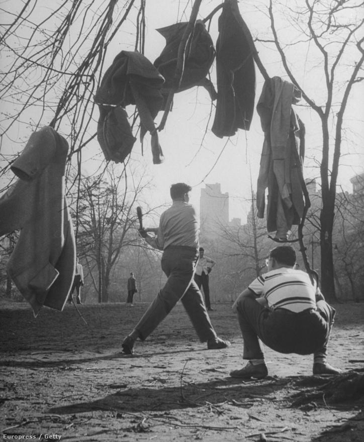 Fiatal fiúk baseballoznak a New York-i Central Parkban.