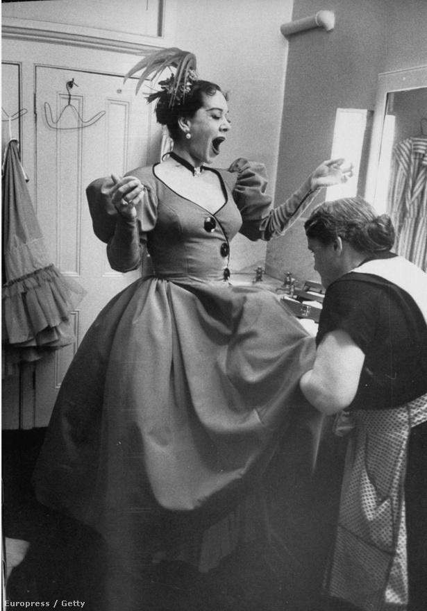 Patrice Munsel operaénekesnő az öltözőszobájában, a Metropolitan Operaház színfalai mögött.