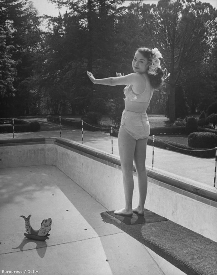 A Firenzében született amerikai színésznő,  Buff Cobb egy ugródeszkán áll. Alatta üres medence és egy játékfóka. Buff Cobb akkori férje, Mike Wallace oldalán az egyik legelső tévés talk show házigazdája is volt.