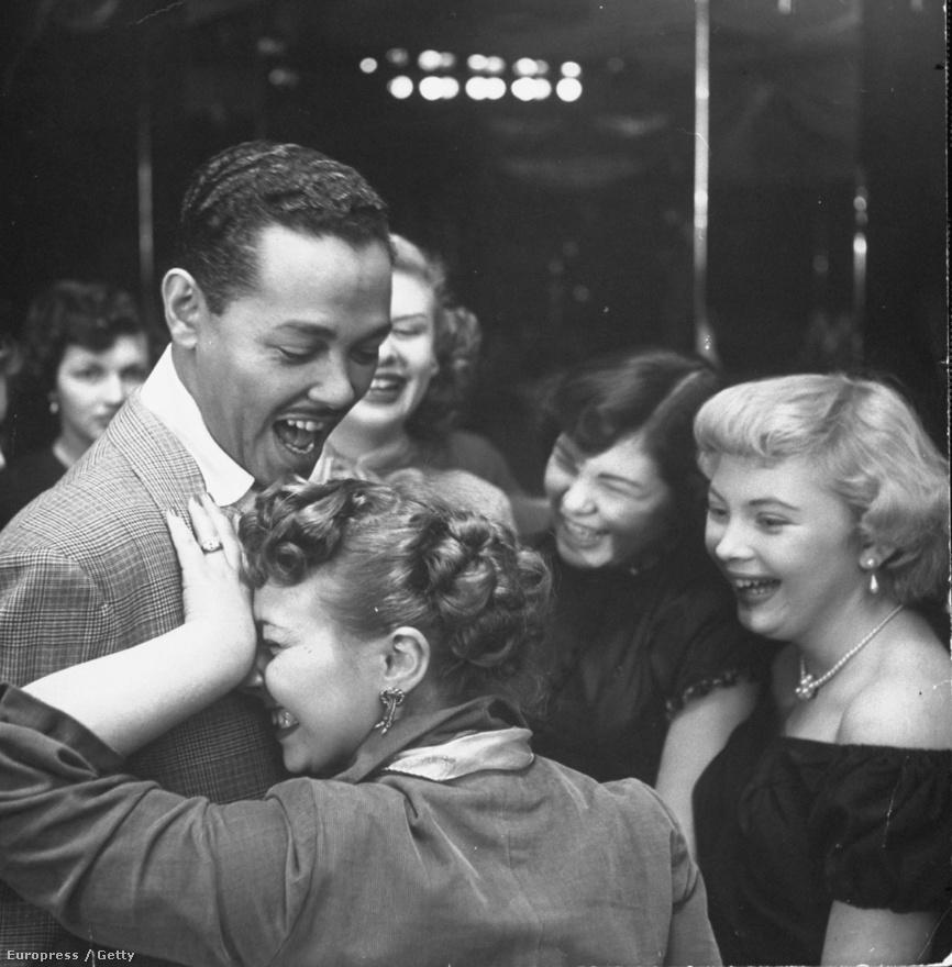 A Bop City-ben adott koncertje után Billy Eckstine vállára egy rajongó borul, miközben a háttérben más női csodálói várnak a sorukra. A swingénekes 1948-ban kiadott, I Apologize című dala ötvenegy évvel később, 1999-ben Grammy-díjat kapott. Ez volt Martha Holmes egyik kedvenc képe.