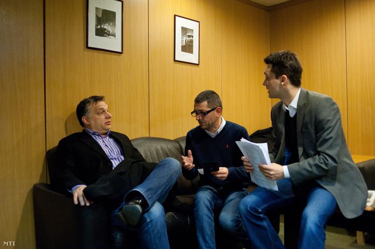 Orbán Viktor Várhegyi Attilával az MTVA kommunikációs tanácsadójával és Havasi Bertalan helyettes államtitkárral beszélget mielőtt a miniszterelnök interjút ad élő adásban a Kossuth Rádió 180 perc című műsorában a Magyar Rádió stúdiójában 2013. február 15-én.
