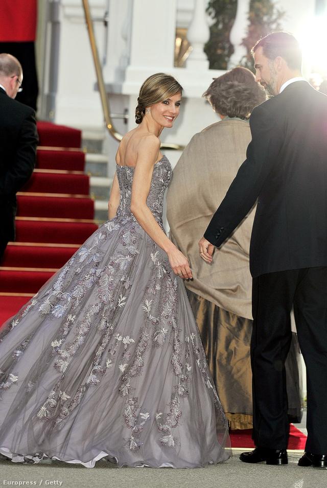 Virágokkal díszített szürkés árnyalatú hercegnő-ruhában a királyi esküvő elővacsoráján Londonban.
