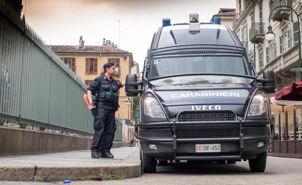 Az Iveco Daly lényege, hogy strukturálisan egy teherautó kicsiben. Létra alváz, hátsó hajtás, hátul dupla kerekes kivitel (is). Ennek fényében nem egészen értem, miért favorizálja ennyire az olasz csendőrség, akik mintha folyamatosan az apokalipszisre készülnének. Jó zorallul is néznek ki a berácsozott ablakú és fényszórójú Dailyk, melyeken a szélvédőt is le lehet burkolni. Valahányszor csendőr-Ivecót fotóztam, utánam szaladt egy csendőr, hogy mit csináltam. Ilyenkor elmagyaráztam, megmutattam a képet, ők pedig megköszönték – nem értem, mi bajuk. Az egyiktől meg is kérdeztem, mivégre a nagy érdeklődés, elvégre ez csak egy Iveco, nem valami új lopakodó, de a csendőr azt mondta, hogy csak úgy érdeklődött.