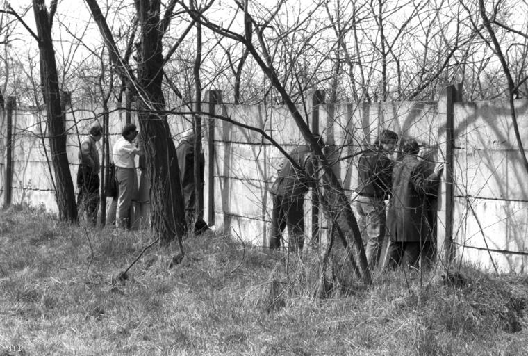 Kíváncsiskodók az Új Köztemető kerítésénél, amikor elkezdték a Nagy Imre-per áldozatainak exhumálását a 301-es parcellában.
