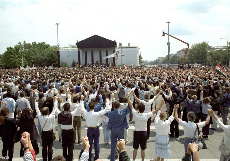 Közös énekléssel róják le kegyeletüket a résztvevők a Hősök terén a Nagy Imre 1956-os miniszterelnök és mártírtársai emlékére rendezett ünnepélyes szertartáson a kivégzésük 31. évfordulóján tartott gyásznapon.