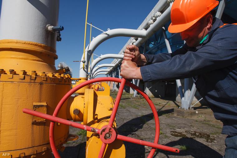 Elzár egy gázcsapot egy munkás a nyugat-ukrajnai Lvov gáztározójában.