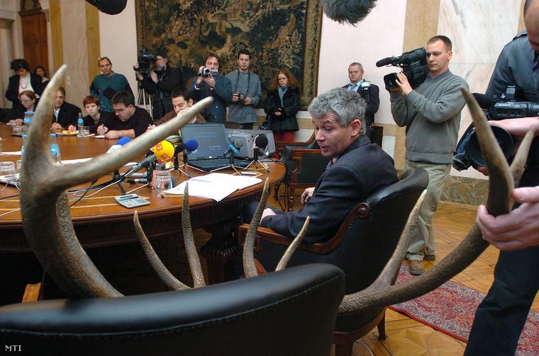 2004. Polt Péter legfőbb ügyész (az asztalnál) tájékoztató tart amelyen bemutatja azt a vadásztrófeát amely miatt az Országgyűlés mentelmi és összeférhetetlenségi bizottságának elnöke vagyonnyilatkozati eljárást indított vele szemben.