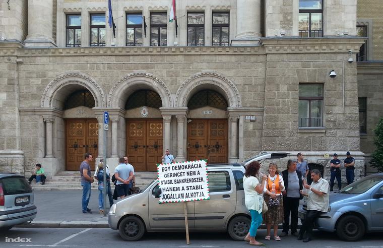 A Kúria előtt maroknyi tüntető várta az eseményeket.