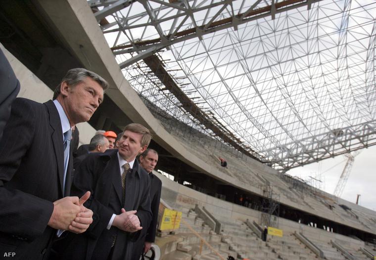 Ahmetov és Viktor Juscsenko az FC Shakhtar stadionjának építésén
