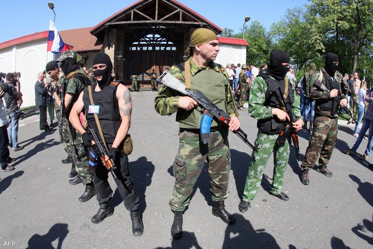 Oroszpárti fegyveresek állnak őrt Ahmetov egyik birtoka előtt május 25-én, az ukrán népszavazás napján