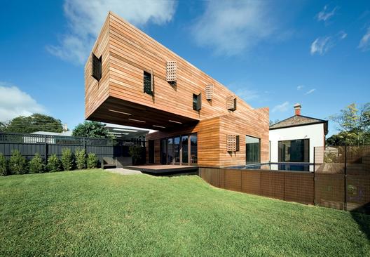 Clement Burrows 2009-ben tervezte a Hawthornban található házat, egy fiatal család részére, akik egy három év alatti és egy tíz éves gyerekkel szerettek volna egy modern otthonban költözni.