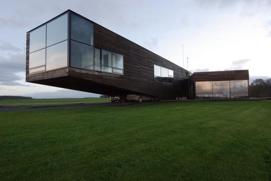 A házat 2006-ban tervezte a Architectural Bureau G.Natkevicius & Partners, akiknek egy 3000 négyzetméteres területre kellett megtervezniük a 424 négyzetméteres családi házat.