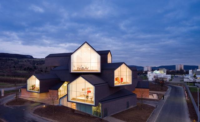A svájci-német határon található kiállítóteret, kilátóként és fogadóépületet a londoni Tate Modernt illetve a madridi CaixaForumot jegyző Priztker-díjas építészek, Jacques Herzog és Pierre de Meuron tervezték.