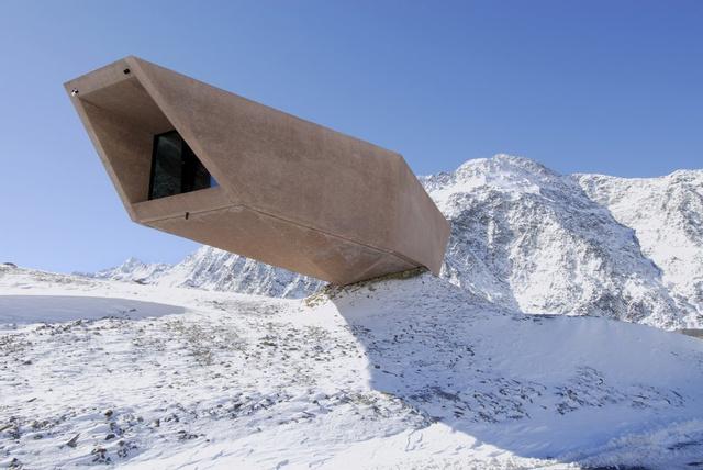 Az Alpok gerincére, Reschen és Brenner között Timmelsjoch tetejére felhúzott épületet a Werner Tscholl építészstúdió tervezte 2010-ben.