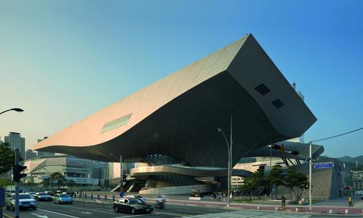 A Centro de Cine Busanra 2005-ben írt ki tervpályázatot a város a Nemzetközi Építészeti és Kulturális Fesztivál keretében. Végül az első helyen a radikális munkáiról ismert osztrák cég, a Coop Himmelb(l)au végzett az első helyen
