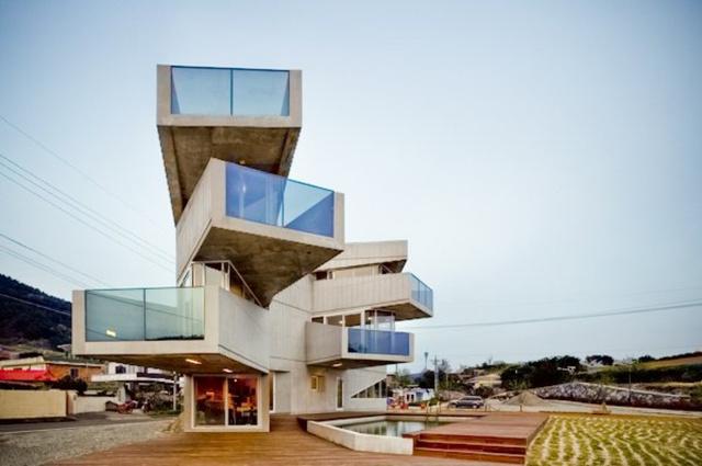 A három szintes, beton szállodát az AND néven futó építésziroda tervezte a Geoje szigetre. Az épület egyik különlegessége, hogy különböző irányokban kiálló konzoljaival igencsak különbözik a kis halászfalu többi épületétől.