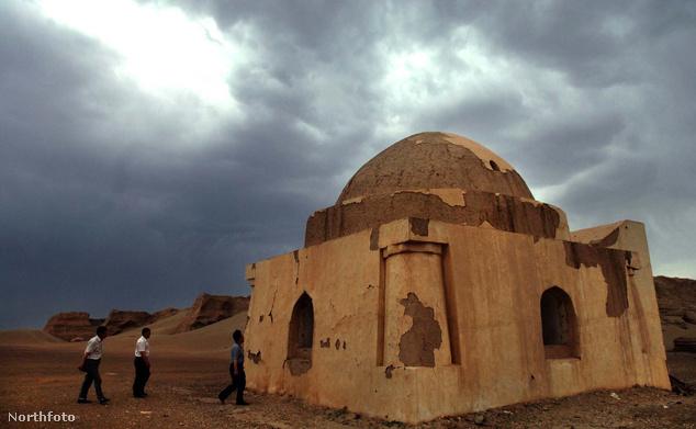 Heishui város egyik mecsete a kínai belső-mongol autonóm területen fekvő Badain Jaran sivatagban