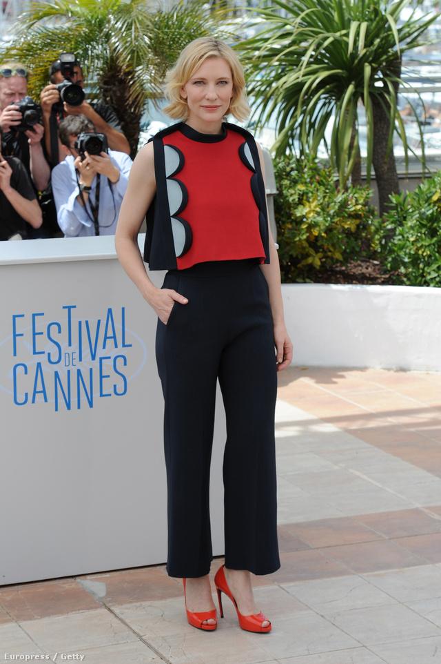 Cate Blanchett Cannes-ban jelent meg rövidre vágott felsőben, melyhez magas derekú nadrágot párosított: így az irodából sem néznék ki.