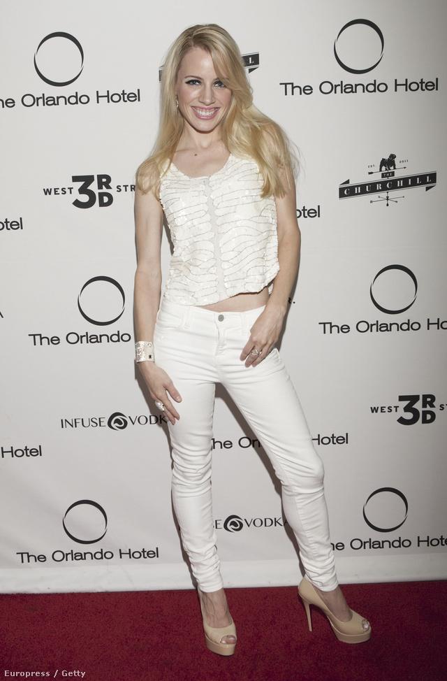 A crop top leggyakoribb viselési módja: Karolina Kurkova a rövid felsőhöz magas derekú nadrágot vett fel.
