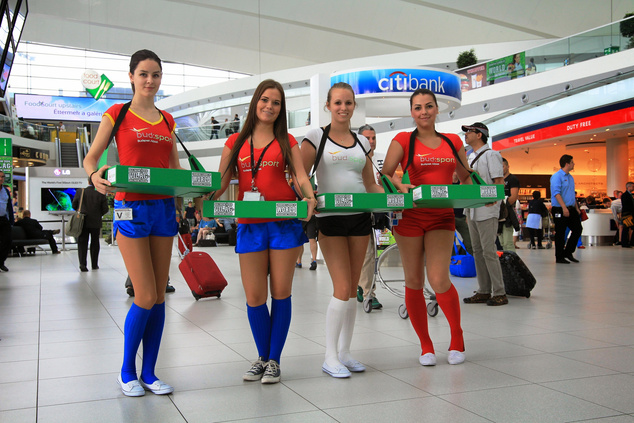 Ilyen focimezbe öltözött hostessekkel lehet találkozni