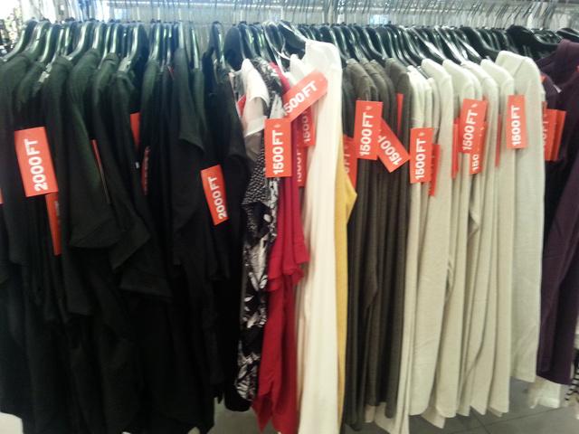 H&M: idén sincs ez másként. A felsőkért csak 1500 forintot kérnek, de általában 4000-es címkékkel találkoztunk.