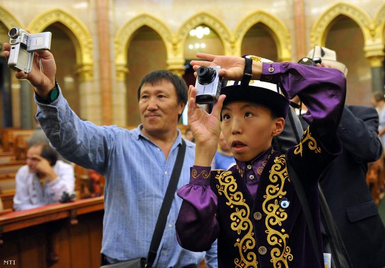A rendezvény résztvevői fotózzák a Parlament Felsőházi termét miután köszöntötték a 2012. augusztus 10-től augusztus 13-ig Bugacon tartandó negyedik Kurultáj a hun és a türk tudatú népek hagyományőrző törzsi találkozójának mintegy száz külföldi meghívottját.
