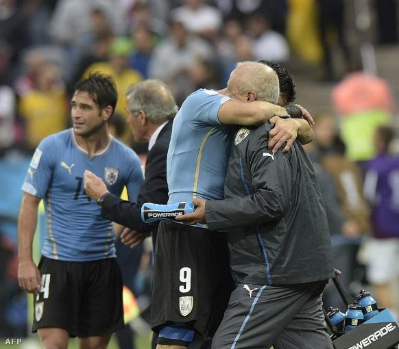 Suarez a gólja után Ferreira nyakába borult