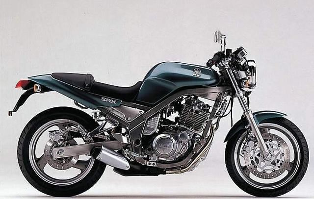 Yamaha SRX400 a japán belpiacról. A képen a 3VN modellkódú második kiadás látható. Blokkja a Yamaha SR utáni generációs négyszelepese. 33 lóerős, van alatta normális futómű, bár ebből soha nem lesz akkora ikon, mint az SR-ből. Viszont ahogy emlékszem, jó volt vele motorozni