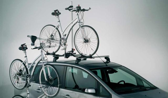 Mindig vannak kivételek. Az Atera Bike-Lift egy lehetséges megoldás a tetőre rakodás problémájára. A csomagtartóba épített minidaru használatával nem a tetőre, csak az akasztóig kell emelni a bringát, a többit elintézi az emelőszerkezet. Ára 65 ezer forint a Herbálynál, viszont így csak két kerékpár fér a tetőre