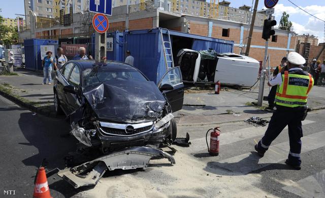 Két autó ütközött egymásnak, majd az egyik belement egy építkezési konténerbe Budapesten, a XIX. kerületben. Az autót a tűzoltók emelték ki az irodának használt konténerből
