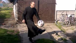 A menő papok táncolnak és csöcsörésznek