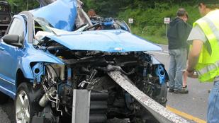 Felnyársalta a kocsit a szalagkorlátra, túlélte